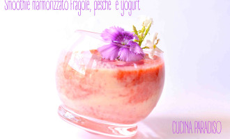 Smoothie marmorizzato fragole, pesche  e yogurt