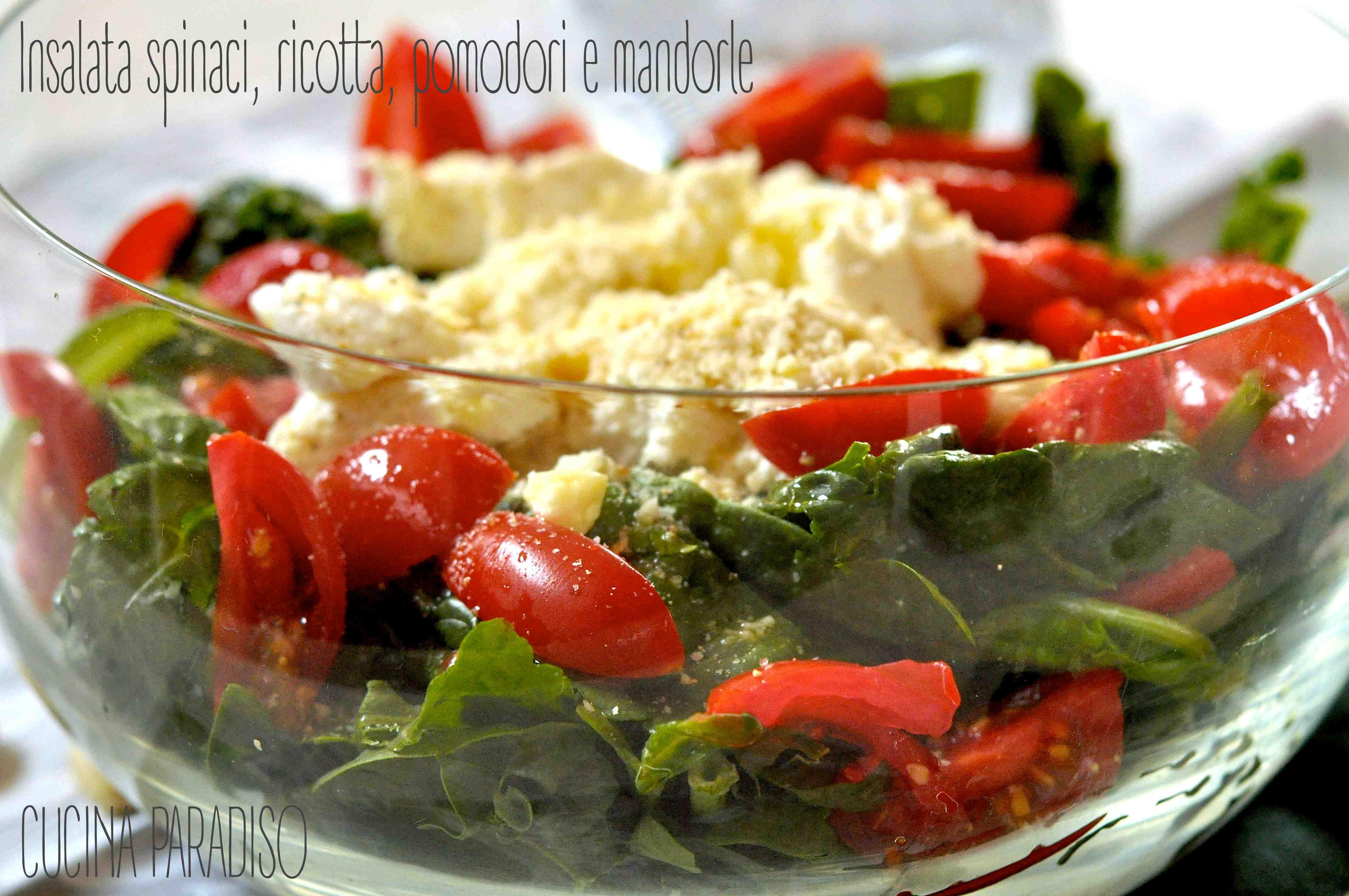 Insalata spinaci, ricotta, pomodori e mandorle