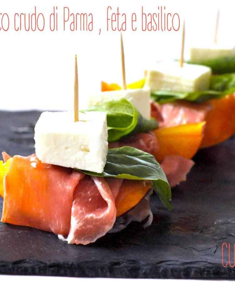 Pesche, prosciutto crudo di Parma , feta e basilico