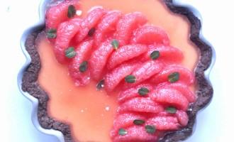 Torta Lucia con frolla al cacao amaro, mousse di cioccolato bianco e pompelmo rosa 2