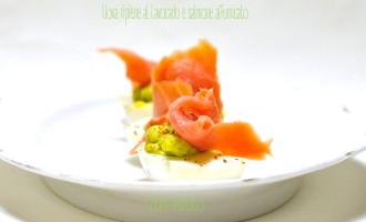 Uova ripiene al l'avocado e salmone affumicato