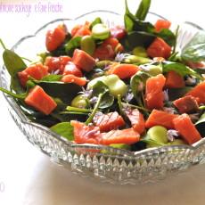 Insalata di spinacino, salmone sockeye e fave fresche