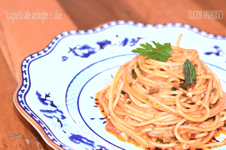 Spaghetti alle acciughe e olive