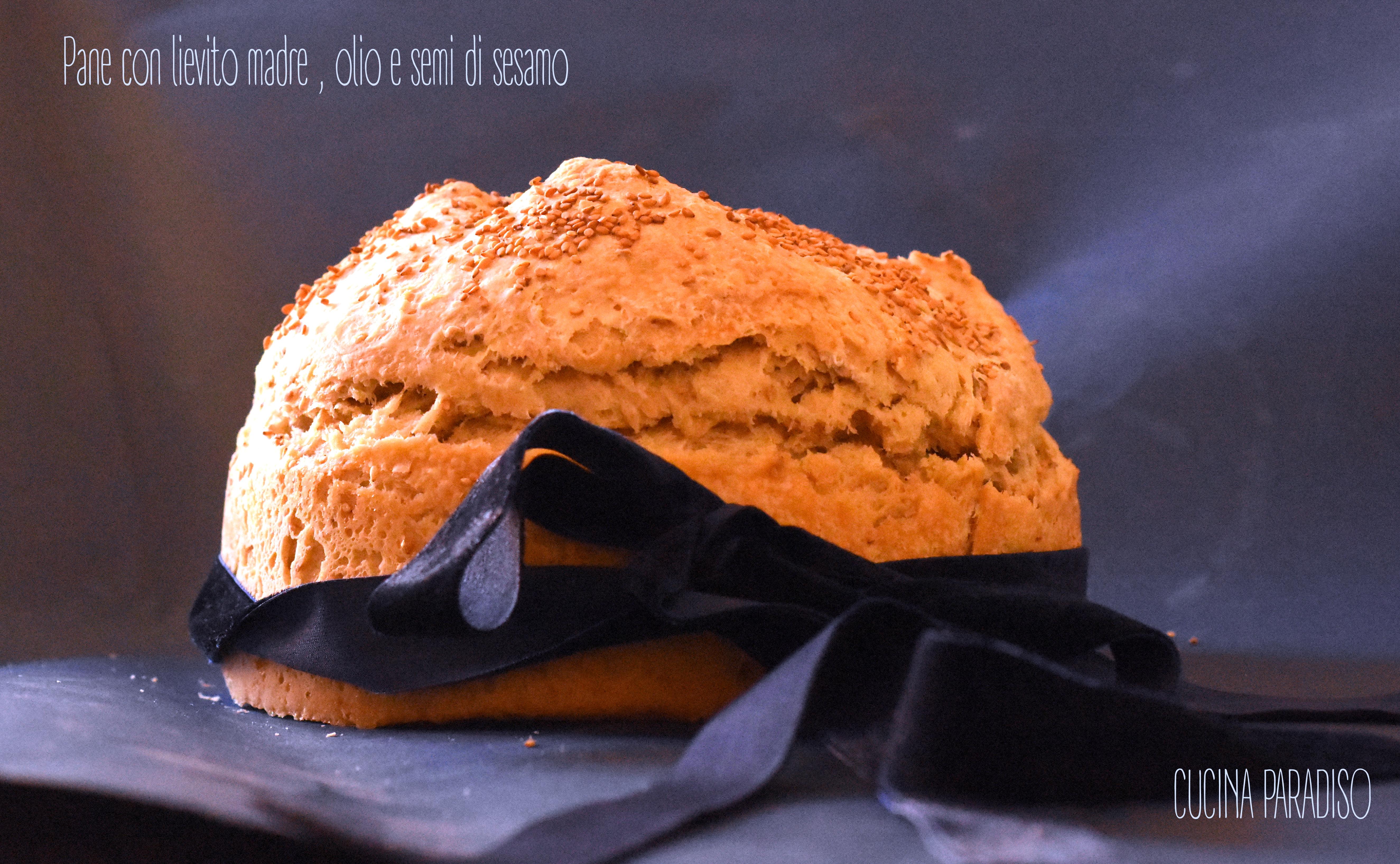 Pane con lievito madre , olio e semi di sesamo