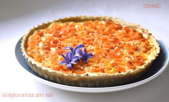 Torta integrale con rose di carote, caprino e anacardi